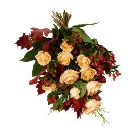 Varm höstbukett med begravningsblommor i höstfärger. Sorgbuketten har vita vackra rosor samt fina röda och gröna blad som ger en höst känsla. Buketten är en vas bukett.