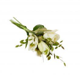 Liten handbukett med vit lilja,vita rosor och skira strån liggandes på vit bakgrund. Handbuketten en begravningsblomma.