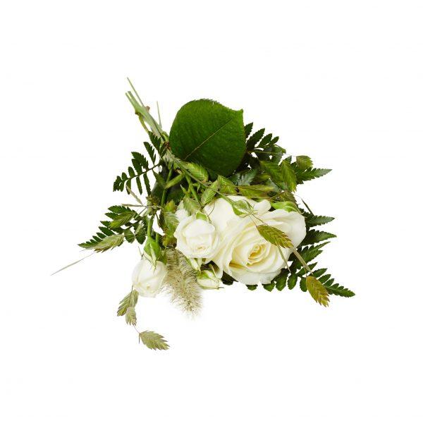 Liten handbukett med vit ros,vit kvistros och stira strån liggandes på en vit bakgrund. Blommorna är begravningsblommor.