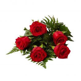 Handbukett med 5 röda rosor som ligger liggandes på en vit bakgrund, Rosorna är begravningsblommor.