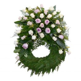 Begravningskrans gjord av blad med vita och ljuslila rosor runt hela kransen förutom längst ner. Kransen är en begravningsblomma och är i mitten av en vit bakgrund.