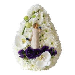 Tårformad dekoration med vita krysantemum och blå prärieklockor detaljer med en flicka som håller i lavenderbuketter i mitten av dekorationen. Dekorationen är en begravningsblomma och ett personligt arrangemang.