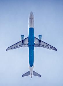 begravningsutomlands-blatt-flygplan-i-luften-lavendla-begravningsbyra