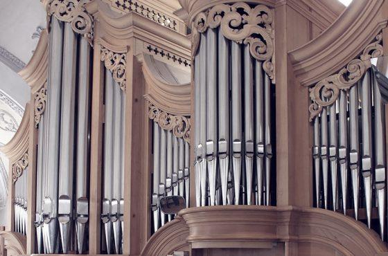kyrklig-begravning-orgel-lavendla-begravningsbyra
