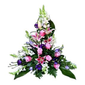 Stilig sorgdekoration med begravningsblommor som innehåller rosa rosor,liljor i cerise,lila prärieklockor, vita lejongap och fina gröna blad. Buketten ligger i mitten av en vit bakgrund