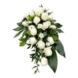 Sorgdekoration med begravningsblommor och blad. Buketten har vackra klassiska vita rosor, vita prärieklockor och grönt. Buketten ligger i mitten av en vit bakgrund.