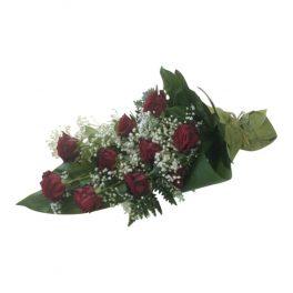 Begravningsblommor med mörk röda vackra rosor, vit fin brudslöja samt gröna stora blad. Blommorna bildar tillsammans en mycket fin och mörk sorgbukett.