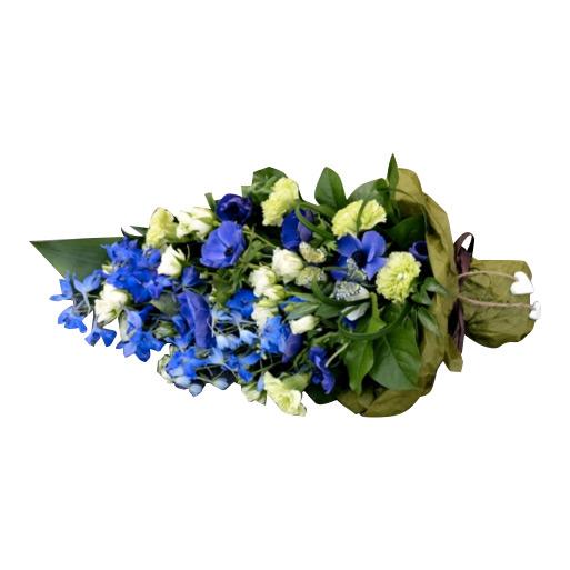 Begravningsblomma med vackra blåa och vita blommor med både små och stora gröna blad som fyller buketten. Tillsammans skapar blommorna en vacker men enkel sorgbukett.