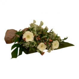 Begravningsblomma med blommor i vitt och germini samt med gröna blad i mörkgrönt. Blommorna bildar en fin begravnings och sorgbukett i grönt och vitt