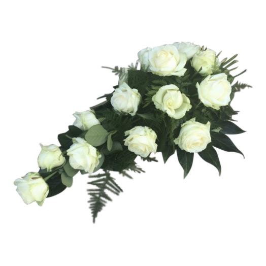 Vita begravningsblommor i rosor med grönt som tillsammans bildar en vacker samt elegant sorgbukett. Buketten består mestadels av mörkgröna blad, som kompletteras vackert av de vita rosorna.