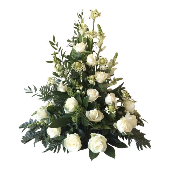 Vacker sorgdekoration med begravningsblommor i grönt och vitt. Buketten har vita rosor och gröna blad.Dekorationen är i mitten av en vit bakgrund.