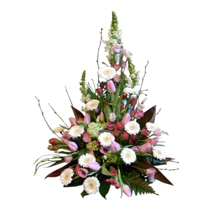 Begravningsblomma med inspiration av våren i rosa,vitt och cerise färger. Sorgdekorationen har tulpaner,minigerbera samt olika sorters blad. Blommorna bildar en vacker sorgdekoration.