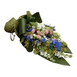 Begravningsblommor med bland annat kvistros,solidago,och grönt.Begravningsblommorna utformar en mycket fin och fräsch sorgbukett med sommarfärger som tillexempel ljusrosa,blå och vit.