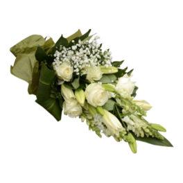 Stiliga begravningsblommor som är bundna med vita blommor i rosor,liljor,brudslöja samt lejongap. Sorgbuketten har även stora mörkgröna och ljusgröna blad.