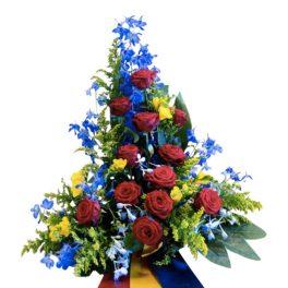 Sorgdekoration med begravningsblommor som symboliserar djurgården. Buketten har röda,blåa och gula blommor samt blad.Längst ner på buketten finns det 3 band som hänger ner med djurgårdens färger. Det vill säga röd, gul och blå.