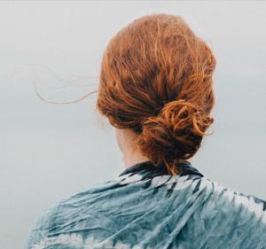 begravningshjalp-lavendla-begravningsbyra-rodharig-kvinna-med-knut
