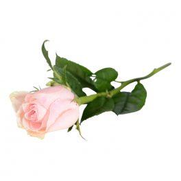 En enkel handbukett bestående av en ljusrosa ros, blomman ligger på en vit bakgrund. Blomman är en begravningsblomma.