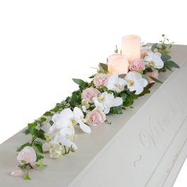 vanna kistdekoration begravningsblommor lavendla