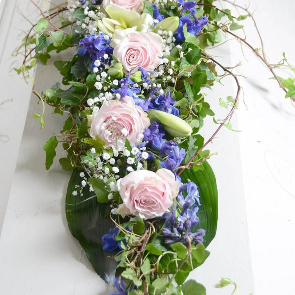 naima2 kistdekoration begravningsblommor lavendla