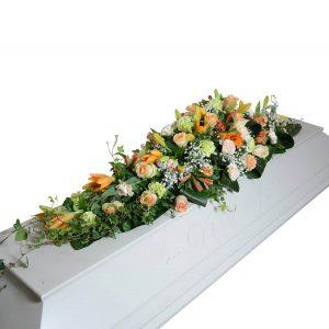 glans kistdekoration begravningsblommor lavendla