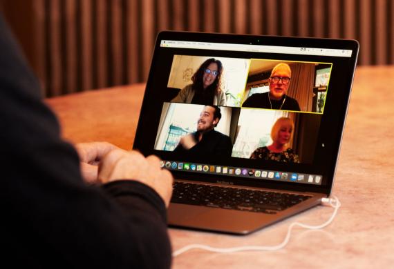 Möte på distans på en laptop