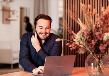 Jonatan pratar i telefonen på Sveavägen