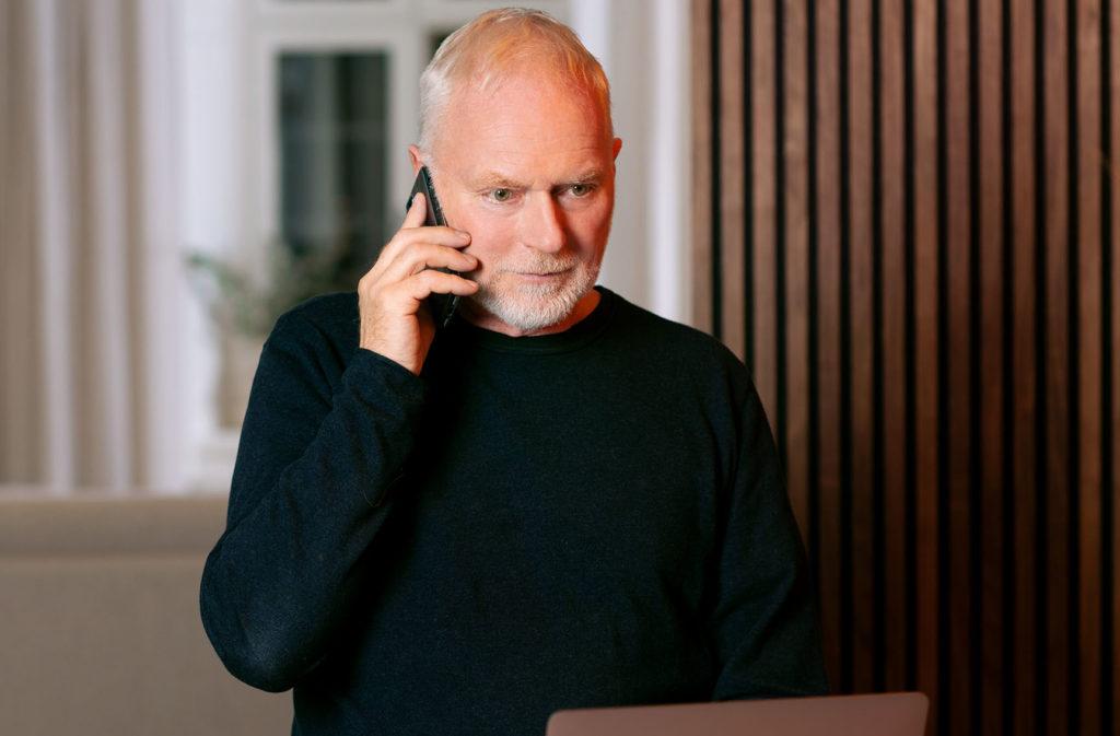Lavendlas medarbetare pratar i telefonen och ser på en skärm